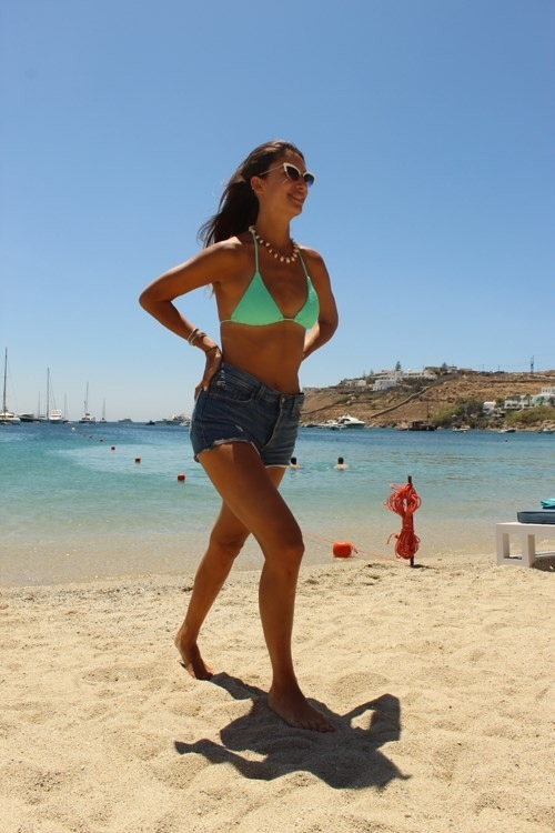 Άννα Πρέλεβιτς: Κολάζει το νησί των ανέμων με το καλλίγραμμο κορμί της!