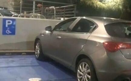 Ανέβασε εικόνα με οδηγό που πάρκαρε σε θέση ΑμεΑ - Της ζητάει 70.000 ευρώ