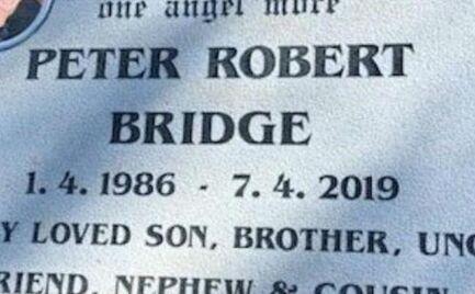Αυστραλία: Αφαίρεσαν την πλάκα από τον τάφο του γιου τους