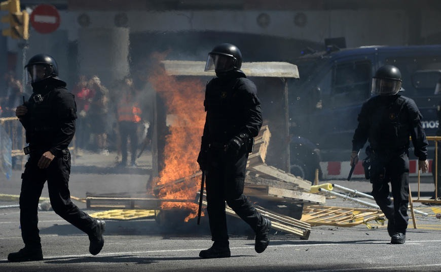 Βαρκελώνη: Βίαιες συγκρούσεις μεταξύ αστυνομικών και διαδηλωτών
