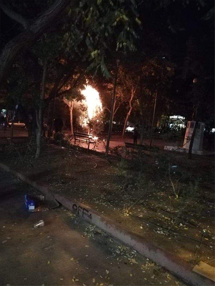 Εξάρχεια: Έκαψαν και το δεύτερο χριστουγεννιάτικο δέντρο