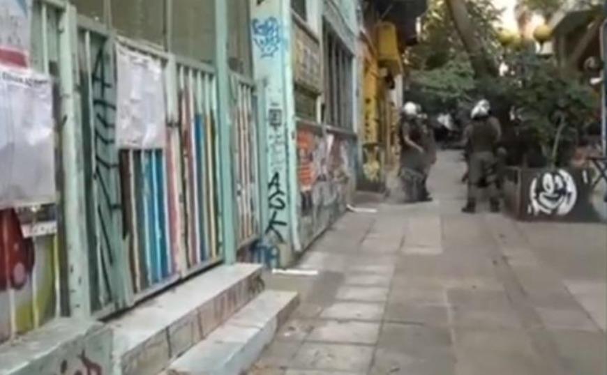 Εξάρχεια: Κουκουλοφόροι άρπαξαν κάλπη από σχολείο