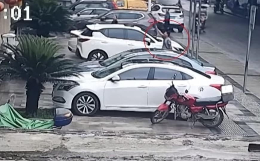 Εργάτης στην Κίνα έπιασε στον αέρα παιδί που έπεσε από τον 2ο όροφο (vid)