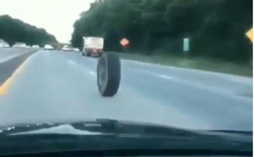 ΗΠΑ: Αδέσποτο λάστιχο αυτοκινήτου με τρελή ταχύτητα προκάλεσε τρομακτικό τροχαίο