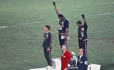 Η ιστορία του λευκού αθλητή δίπλα στους εμβληματικούς μαύρους αθλητές, που ύψωσαν συμβολικά τη γροθιά τους στους Ολυμπιακούς Αγώνες του 1968.