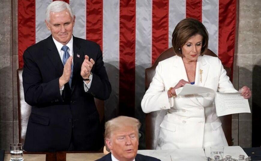 Η Νάνσι Πελόζι έσκισε επιδεικτικά το χαρτί με την ομιλία του Τραμπ
