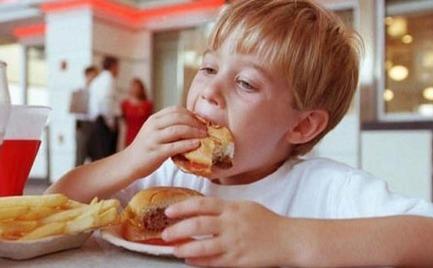 Η υπερκατανάλωση ανθυγιεινών τροφών συνδέεται με καθυστερημένη ανάπτυξη των μικρών παιδιών