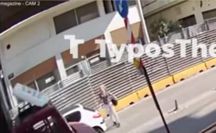 Θεσσαλονίκη: Γυναίκα παρασύρεται από ΙΧ (video)