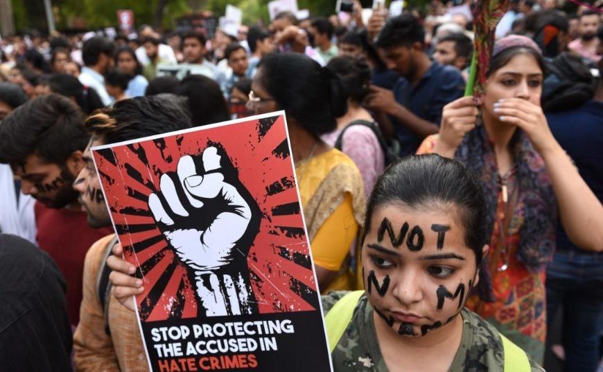 Ινδία: Εφηβη που κατήγγειλε βουλευτή για βιασμό δίνει μάχη για τη ζωή της μετά από «ύποπτο» τροχαίο