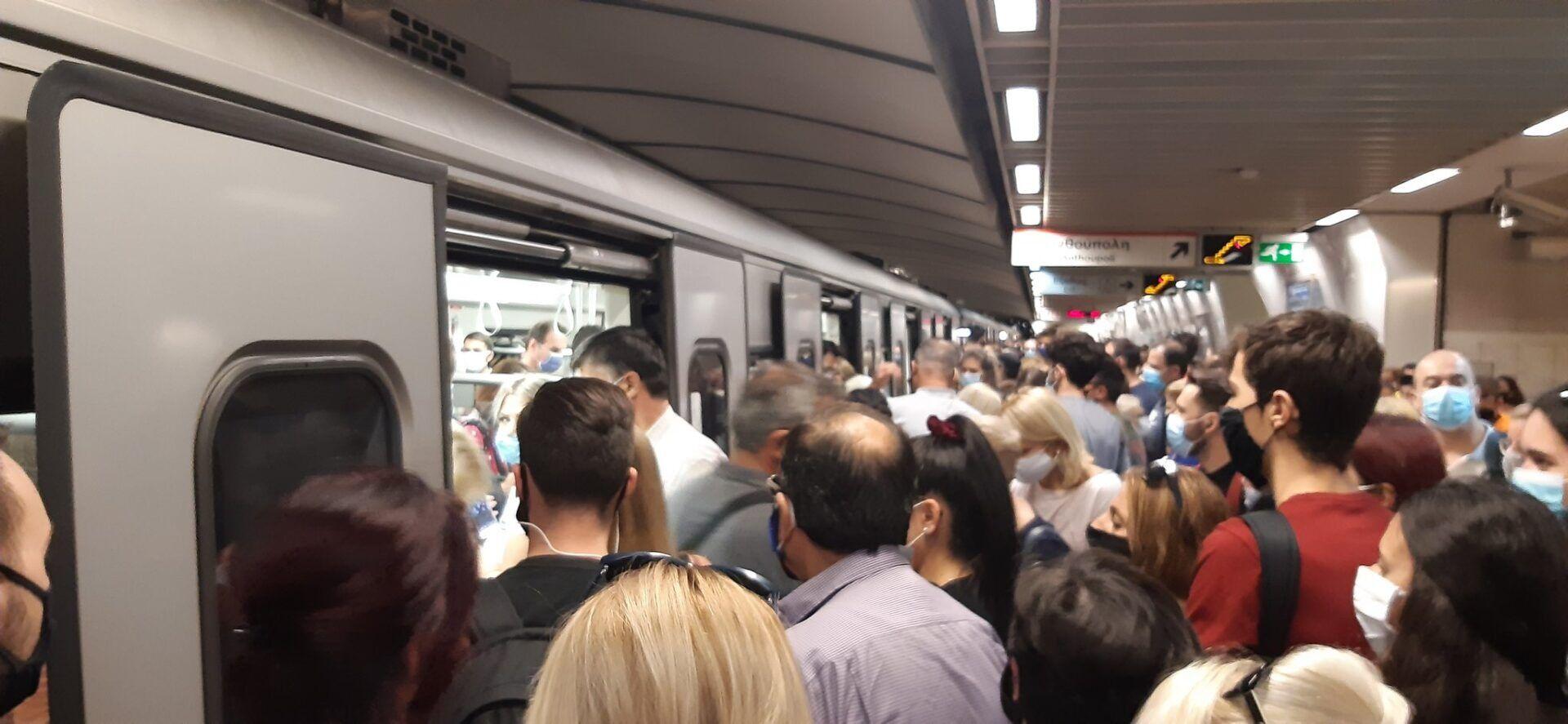 Κορονοϊός: Το αδιαχώρητο στο Μετρό Συντάγματος παρά τα… 453 κρούσματα