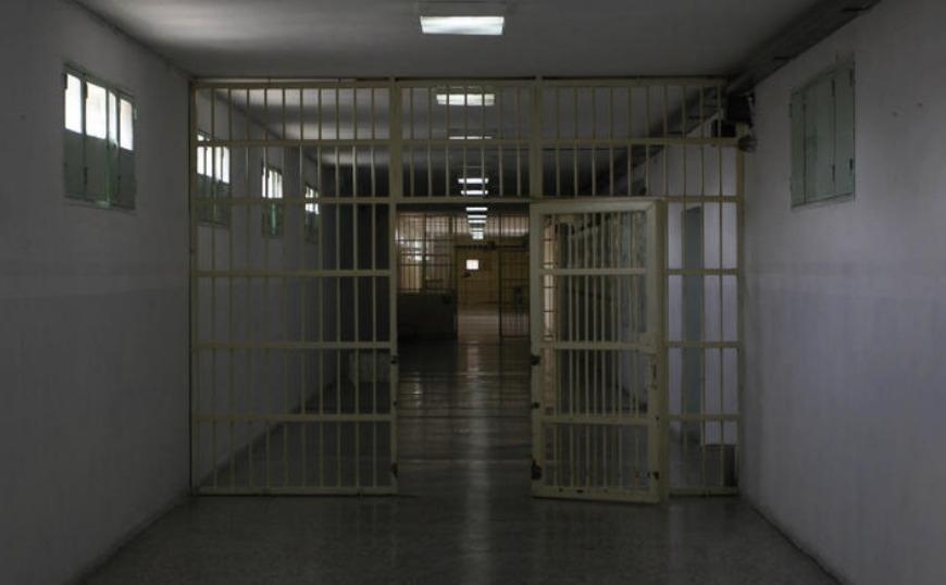 Κρατούμενος που έδινε Πανελλήνιες έβγαλε μαχαίρι στον επιτηρητή