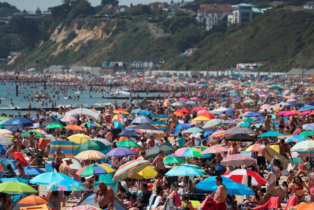 Μεγάλη Βρετανία: Ο ένας πάνω στον άλλο σε βρετανικές παραλίες