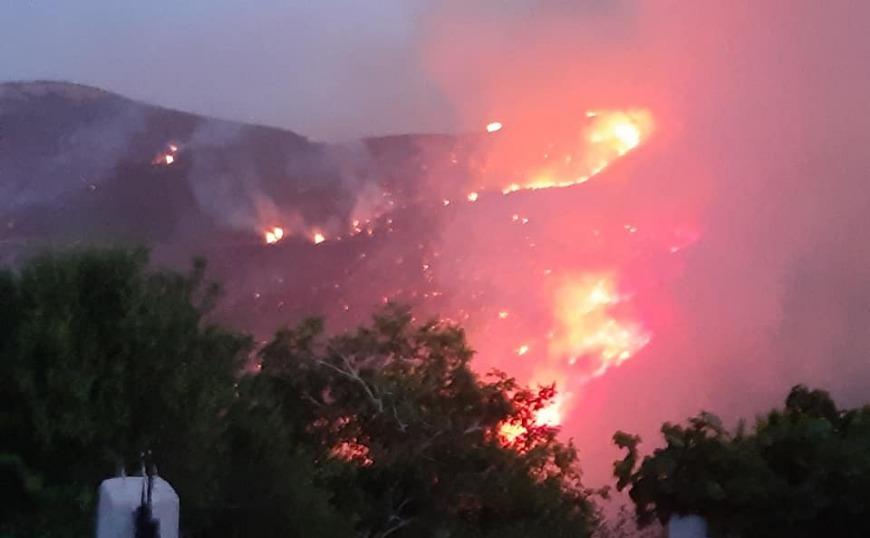 Μεγάλη φωτιά στην Εύβοια. Εκκενώθηκε μοναστήρι