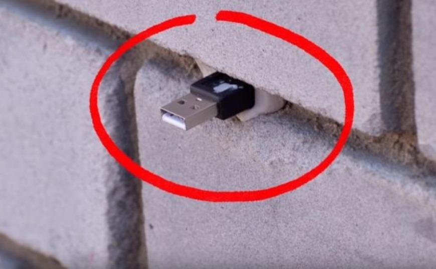 Οι απατεώνες το… τερμάτισαν: Αν δείτε ένα στικάκι σε τοίχο μην το βγάλετε (video)