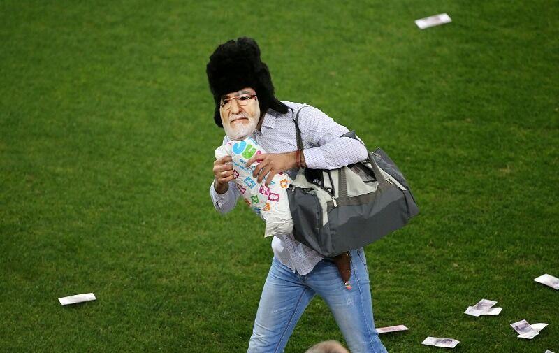 Οπαδός με μάσκα Σαββίδη πετούσε ρούβλια στους παίκτες της Ξάνθης