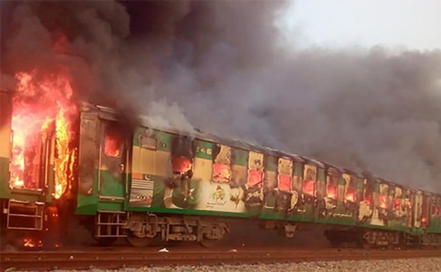 Πακιστάν: Τουλάχιστον 46 νεκροί από φωτιά σε τρένο