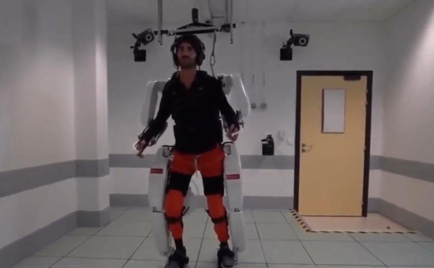 Παράλυτος, περπατά ξανά με τη βοήθεια ρομποτικού εξωσκελετού, τον οποίο κινεί με τη σκέψη του (video)