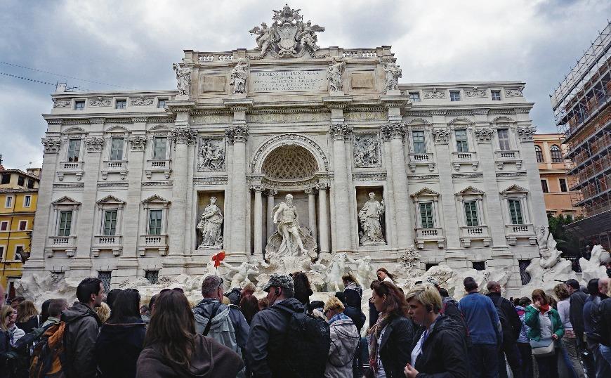 Ρώμη: Θραύσματα από αεροπλάνο έπεσαν στα κεφάλια των τουριστών