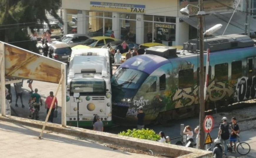 Σύγκρουση συρμού του προαστιακού με λεωφορείο στη Λιοσίων (video)