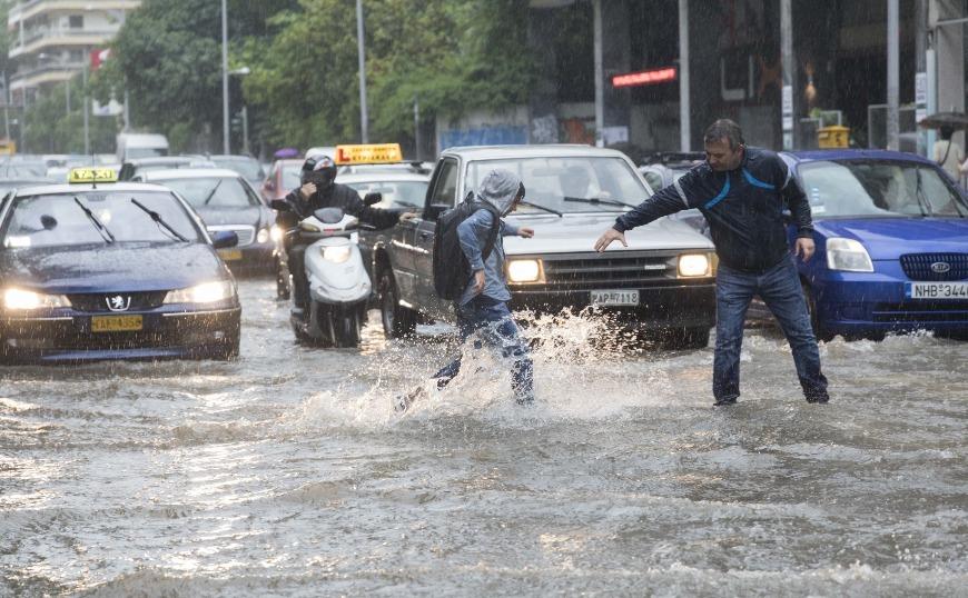 Χαλάζι στα Τρίκαλα, καταρακτώδεις βροχές στη Θεσσαλονίκη (video)